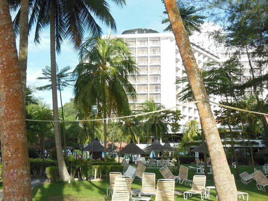 Bayview Beach Resort: View from the beach area looking to hotel