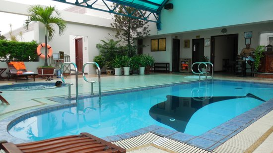 Huong Sen Hotel: rooftop pool and bar