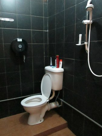 Roof Top Guest House Melaka: Ensuite bathroom