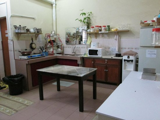 Roof Top Guest House Melaka: Kitchen area
