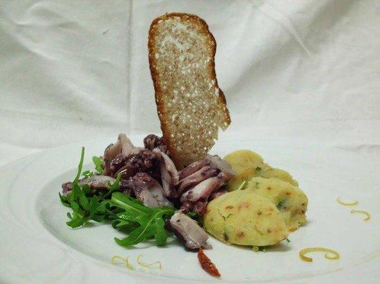 La Tavernetta: Polpo tiepido croccante con patate schiacciate ed olive taggiasche