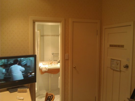 Miss Maud Swedish Hotel: TV, desk, bathroom side