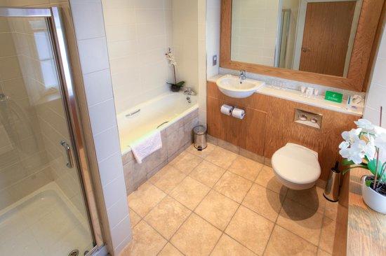 Strangford Arms Hotel: Superior Bathroom