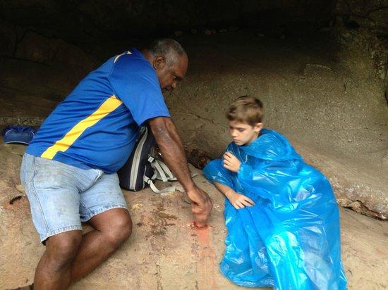 Guurrbi Tours: making paint