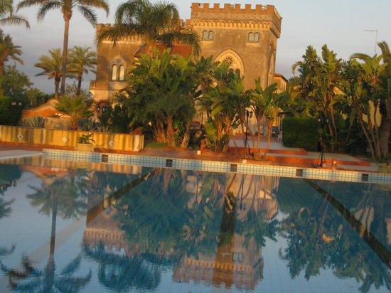 Castello D'Urso Somma B&B: il castello dalla piscina