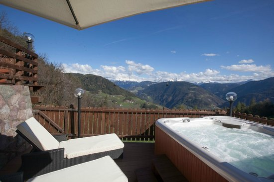 Chalet Grumer Suites&Spa: Terrace with hot tup and Dolomites Panorama