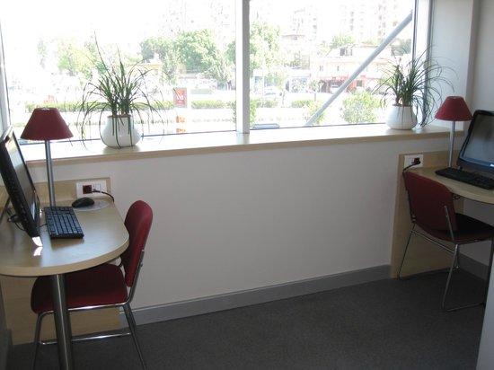 Ibis Adana: internet room.
