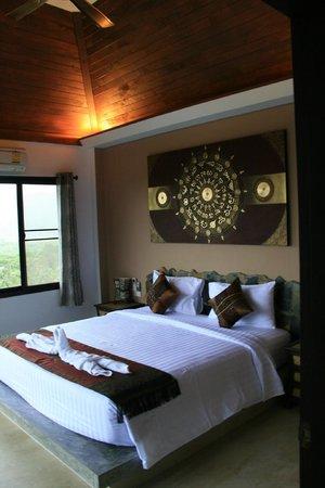 Koh Tao Heights Boutique Villas: Une superbe chambre avec vue la baie, la forêt de palmiers, et la piscine de la villa