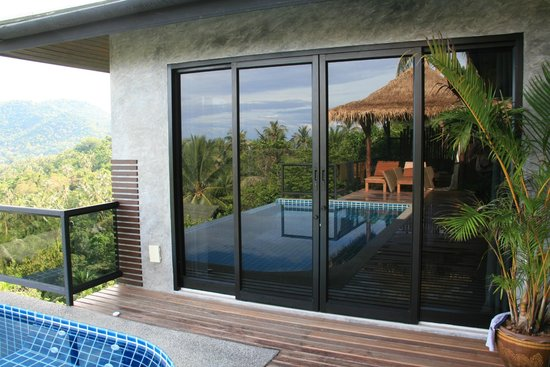 Koh Tao Heights Boutique Villas: Reflet de la piscine sur la baie vitrée de la chambre