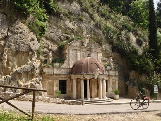 Tempietto di Sant'Emidio alle Grotte: il tempietto dall'esterno