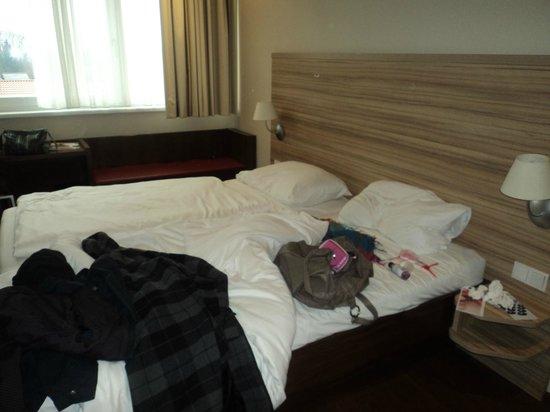 Austria Trend Hotel Salzburg Mitte: Letto con miei effetti personali!