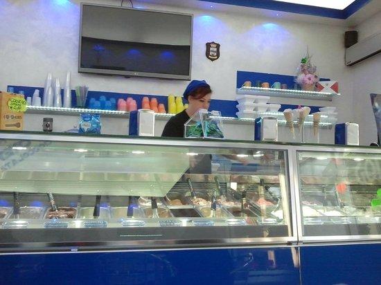 Golden Ice Gelateria Artigianale: Il banco frigo