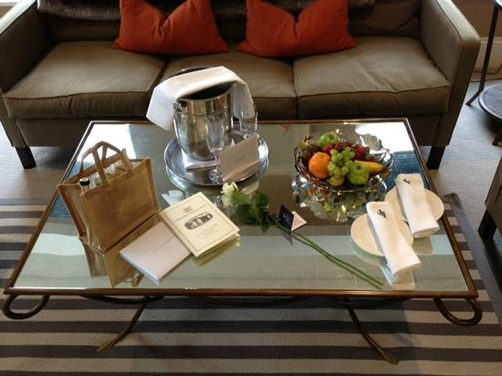 Rudding Park Hotel: Our lovely gifts in our suite.