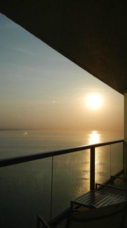 Trump International Hotel & Tower Panama: Nascer do sol visto da sacada