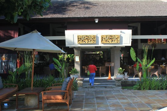 Rama Beach Resort and Villas: way to the restaurant