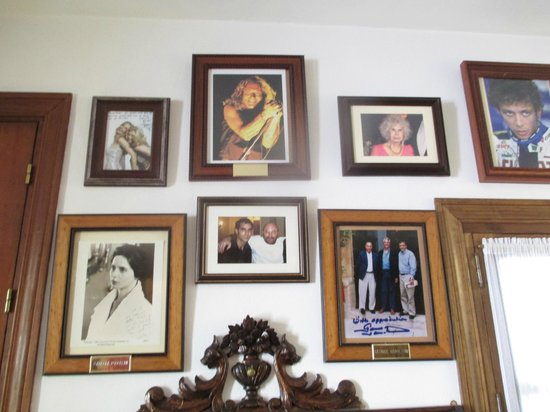 Hotel San Gabriel: Wall of dining room with photos of past VIP guests.