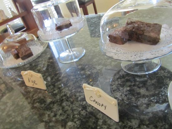 Captain's Manor Inn: Brownie - see what I mean?