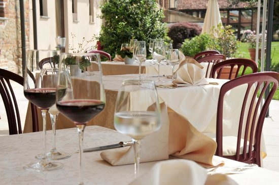 Hotel Ristorante Cascina Era: Tavoli ristorante dehor estivo