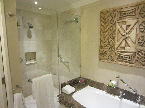 InterContinental Johannesburg OR Tambo Airport: King Suite bathroom