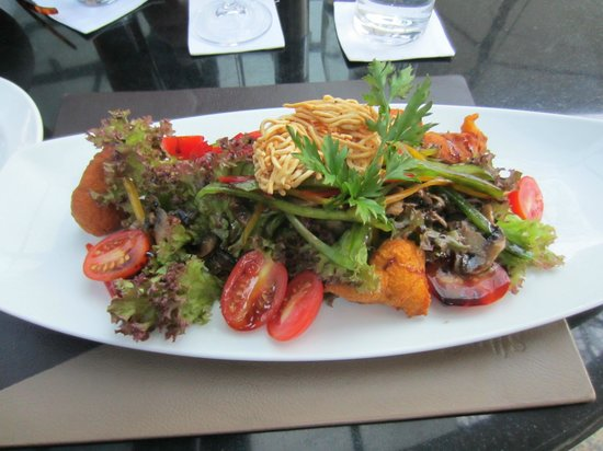 InterContinental Johannesburg OR Tambo Airport: Great salad with pumpkin fritters at Quills restaurant