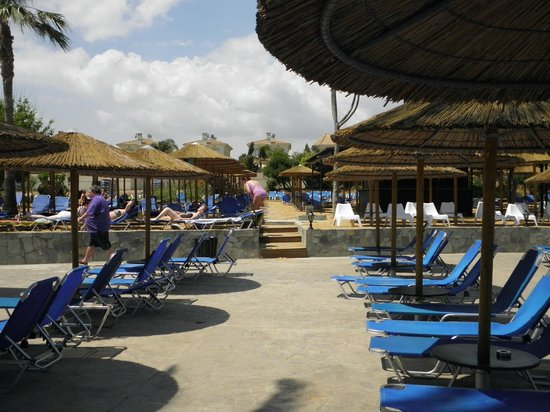 Malama Beach Holiday Village : bel espace de transats
