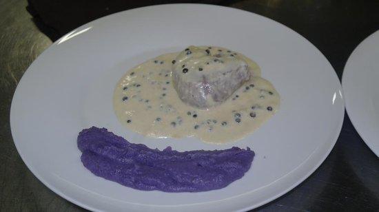 Olivola, Italia: filetto al pepe verde con purea di patate viola