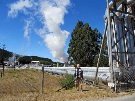 Wairakei Geothermal Power Station Visitor Center: Pipes with expansion bends