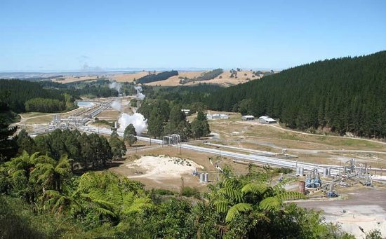Wairakei Geothermal Power Station Visitor Center: Parcial view from the hill