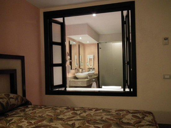 Sandos Playacar Beach Resort: Il bagno visto dalla camera aprendo il divisorio