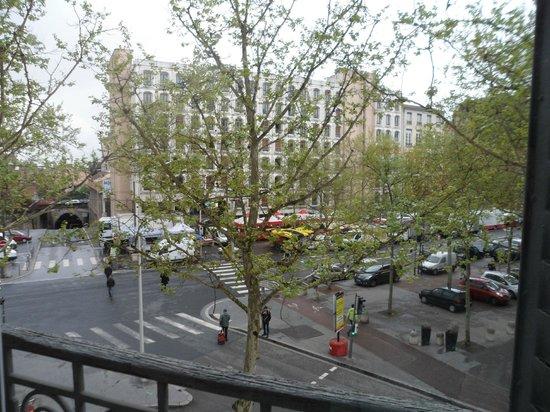Hotel de la Croix Rousse : Street Market Outside Hotel