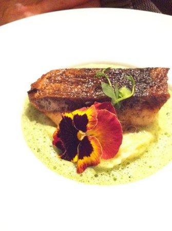 LE PETIT CAFÉ Restaurant & Bar à Vins : un dos de barre amoureusement présenté