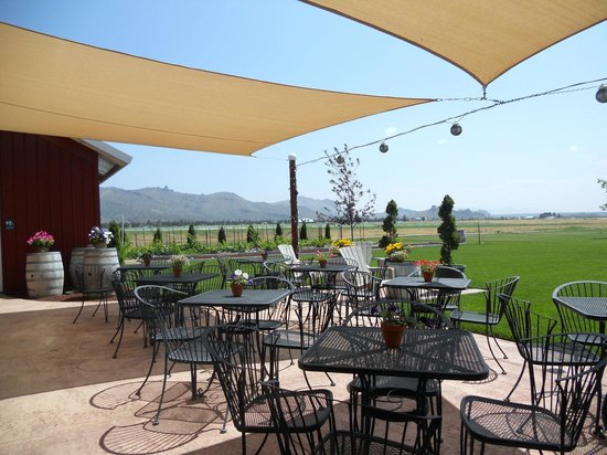 Maragas Winery: Outside patio has wonderful views