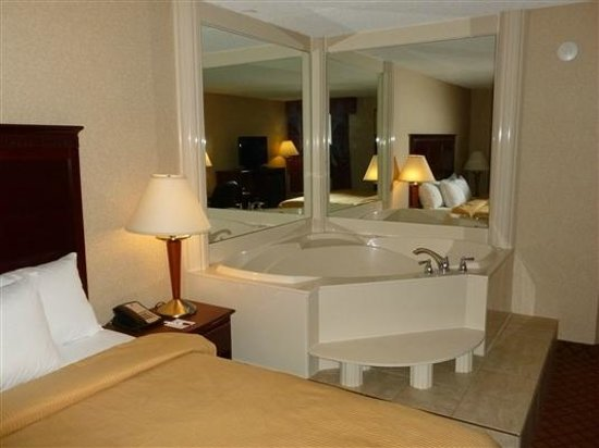Clarion Inn & Suites Airport: Jacuzzi Tub