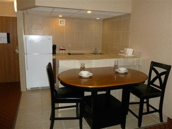 Clarion Inn & Suites Airport: Kitchen Suite