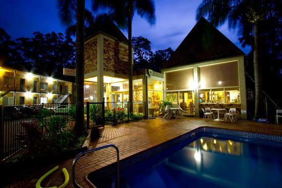 Sanctuary Resort Motor Inn: Pool and Bar
