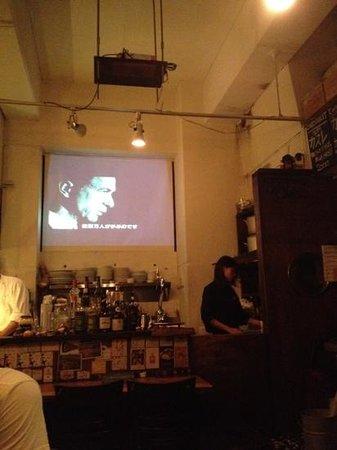 Bistrot13: 店内のスクリーン。