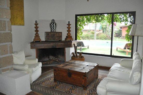 Las Cupulas Pequeno Gran Hotel: Living room area with pool view