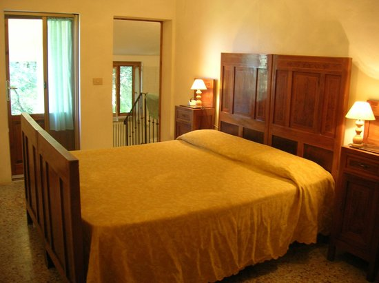 Agriturismo Le Capanne : Bedroom No. 1 with en-suite bathroom and terrace of the apartment Maria
