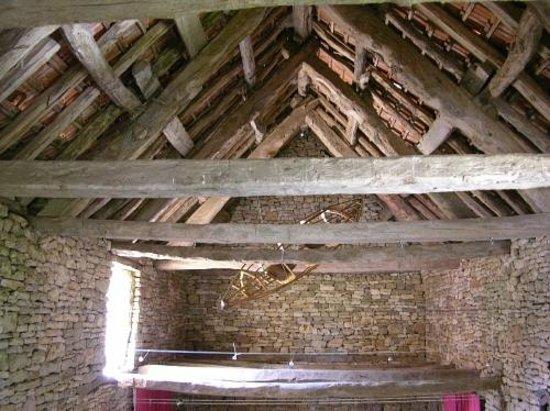 Auberge de la grange du Cros : la charpente apparente tout l'été