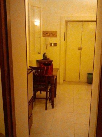 La Residenza Napoli Short Lets Apartments: Ingresso separato stanza 6