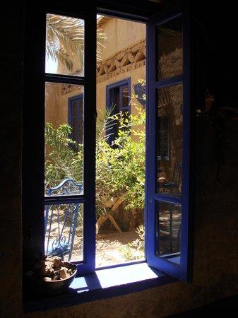 Chez Youssef: View to the yard\Вид из кондиционированной столовой во внутрений дворик