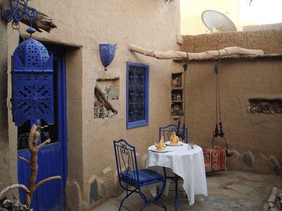Chez Youssef: The yard\Накрытый к ужину столик во дворе