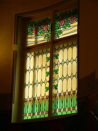 Hotel Paris Prague : Art Deco windows in the staircase