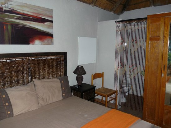 Airport Modjadji Guesthouse: la chambre et les wc