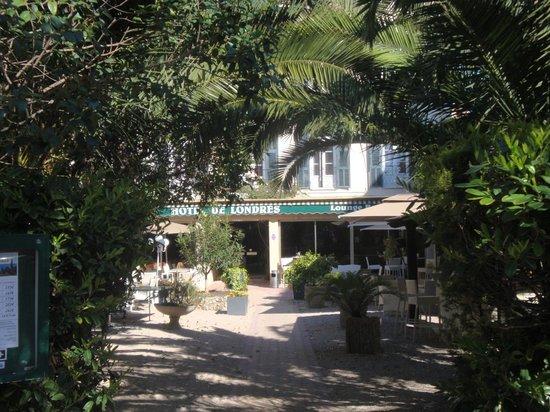 Hotel de Londres Menton : Entrée et jardin de l'hôtel