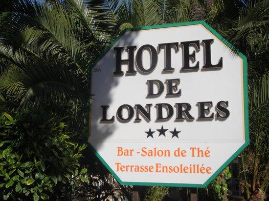 Hotel de Londres Menton : Plaque à l'entrée dans la rue