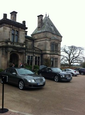 Rookery Hall Hotel & Spa: unsere Bentley Fahrer vor Rookery Hall