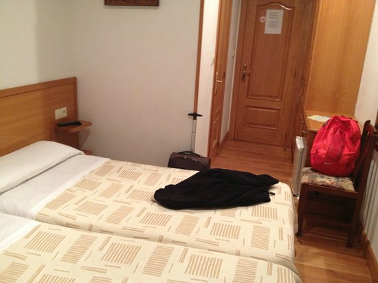 Pension La Perla: habitación, no es muy grande pero si muuuy comoda