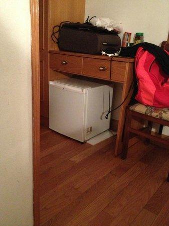 Pension La Perla: con mini nevera dentro de la habitación, muy util