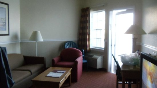 Comfort Suites Chincoteague : love seat/chair area with door to porch